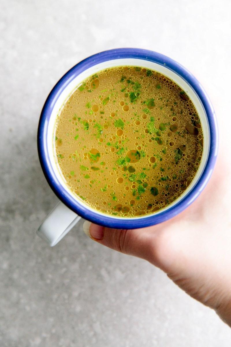 Kippenbouillon is echt super gezond voedsel (ciao collageen!), Voedzame-dichte (aminozuren en mineralen!), Gemakkelijk te verteren, herstelt darm en flora >
